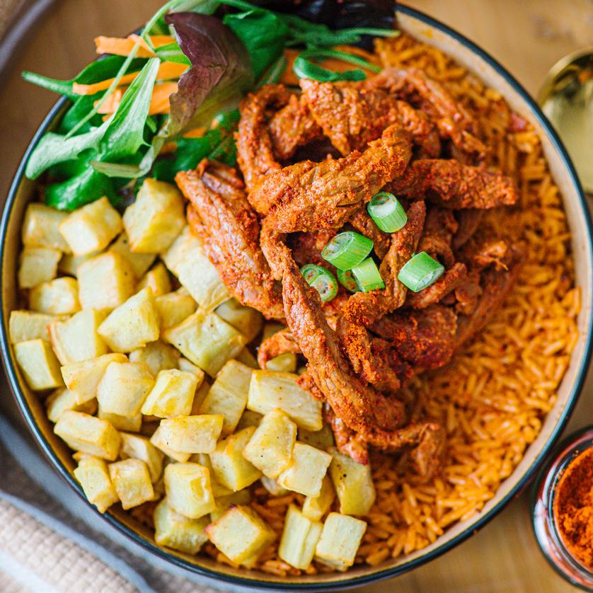 plat de viande rumsteack grillé et épicé béninois avec riz et patate douce